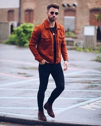 Cómo combinar: chaqueta campo de ante en tabaco, camiseta con cuello circular roja, vaqueros pitillo desgastados negros, botines chelsea de ante en marrón oscuro