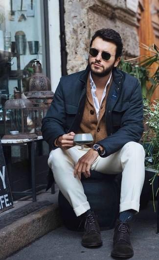 Cómo combinar: chaqueta campo negra, cárdigan con cuello chal marrón, camisa de vestir blanca, pantalón de vestir blanco