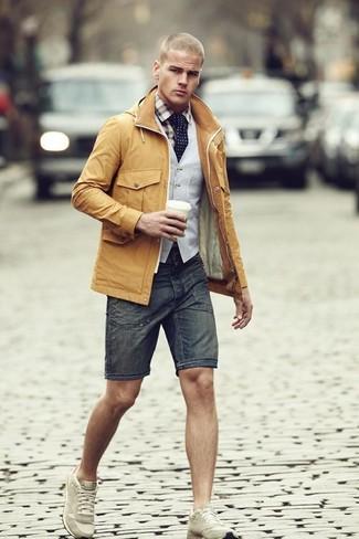 Cómo combinar: chaqueta campo mostaza, chaleco de vestir gris, camisa de manga larga de tartán marrón claro, pantalones cortos vaqueros en gris oscuro