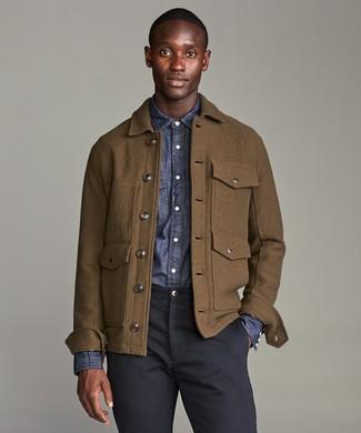 Cómo combinar: chaqueta campo de lana marrón, camisa de manga larga de cambray azul marino, pantalón chino azul marino