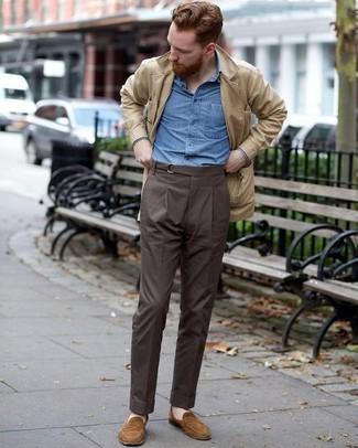 Cómo combinar: chaqueta campo de ante en beige, camisa de manga larga de cambray azul, pantalón de vestir en marrón oscuro, mocasín de ante marrón