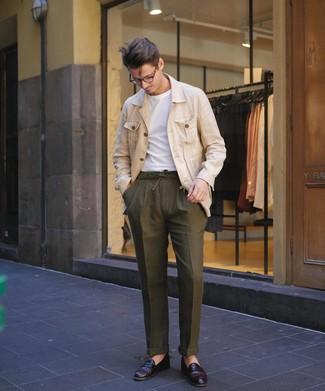 Cómo combinar: chaqueta campo de lino en beige, camiseta con cuello circular blanca, pantalón chino verde oliva, mocasín de cuero burdeos