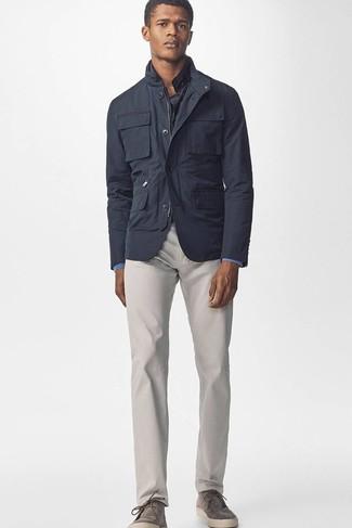 Cómo combinar: chaqueta campo en gris oscuro, camisa vaquera azul, pantalón chino gris, botines chelsea de ante grises
