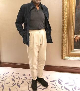 Cómo combinar: chaqueta campo de ante en gris oscuro, polo de manga larga en gris oscuro, pantalón de vestir en beige, zapatos derby de ante negros