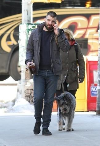 Cómo combinar: chaqueta campo en marrón oscuro, jersey con cuello circular negro, vaqueros en gris oscuro, botas casual de ante negras