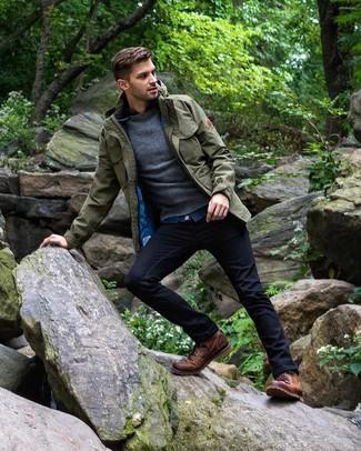 Cómo combinar: chaqueta campo verde oliva, jersey con cuello circular en gris oscuro, camisa vaquera azul, vaqueros azul marino