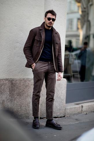 Cómo combinar: chaqueta campo de ante en marrón oscuro, jersey con cuello circular azul marino, pantalón de vestir de rayas verticales marrón, zapatos con doble hebilla de cuero morado oscuro