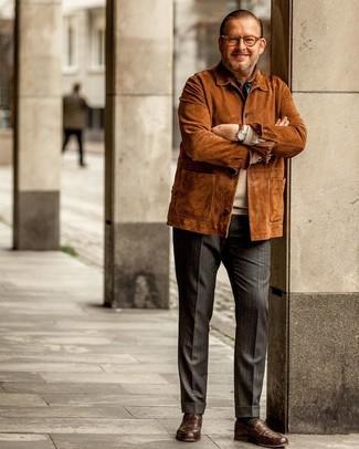 Cómo combinar: chaqueta campo de ante en tabaco, jersey con cuello circular en beige, pantalón de vestir de rayas verticales en gris oscuro, mocasín de cuero marrón