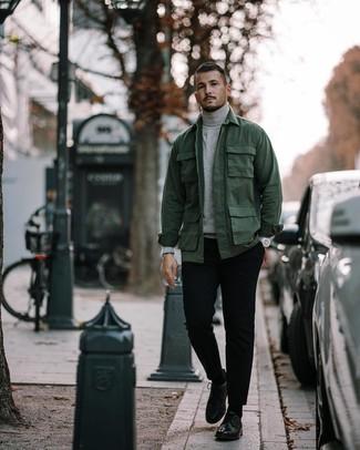 Cómo combinar: chaqueta campo verde oscuro, jersey de cuello alto gris, pantalón chino negro, zapatos derby de cuero negros