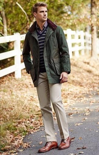 Cómo combinar: chaqueta campo verde oliva, jersey de pico de rayas horizontales azul marino, camisa de manga larga de tartán azul marino, pantalón de vestir en beige