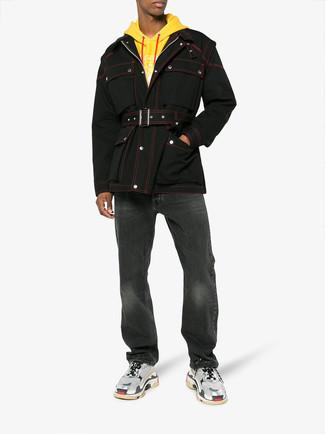 Cómo combinar: chaqueta campo negra, sudadera con capucha amarilla, vaqueros negros, deportivas grises