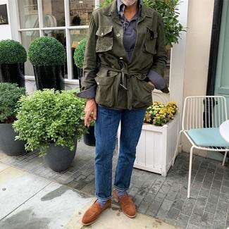 Cómo combinar: chaqueta campo de lino verde oliva, polo de manga larga azul marino, vaqueros azules, mocasín de ante en tabaco