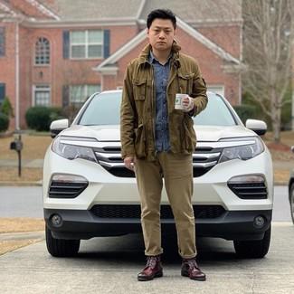 Cómo combinar: chaqueta campo verde oliva, camisa de manga larga de cambray azul, pantalón chino marrón claro, botas formales de cuero burdeos
