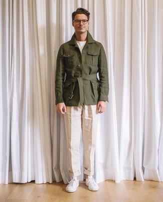 Cómo combinar: chaqueta campo de lino verde oliva, camiseta con cuello circular blanca, pantalón chino de lino en beige, tenis de cuero blancos