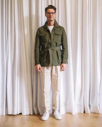 Cómo combinar: chaqueta campo de lino verde oliva, camiseta con cuello circular blanca, pantalón de vestir de lino en beige, tenis blancos