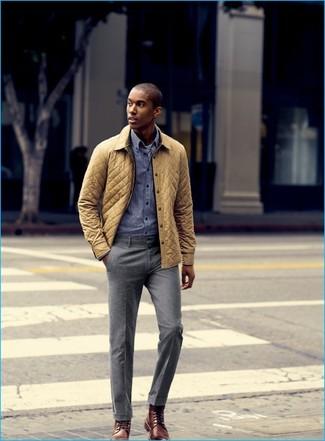 Cómo combinar: chaqueta con cuello y botones acolchada amarilla, camisa de manga larga de cuadro vichy azul, pantalón de vestir gris, botas formales de cuero marrónes