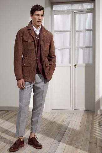 Cómo combinar: chaqueta con cuello y botones de ante marrón, blazer de lana burdeos, jersey de pico marrón, camisa de vestir blanca