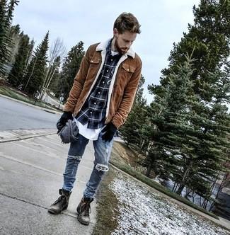 Cómo combinar: chaqueta con cuello y botones de ante marrón, camisa de manga larga de tartán azul marino, camiseta con cuello circular blanca, vaqueros pitillo desgastados azules