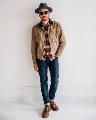 Cómo combinar: chaqueta con cuello y botones marrón claro, camisa de manga larga de tartán en blanco y rojo y azul marino, vaqueros azul marino, botas casual de cuero marrónes