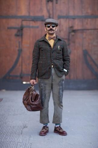 Cómo combinar: chaqueta con cuello y botones de tartán en marrón oscuro, camisa de manga larga mostaza, vaqueros grises, zapatos brogue de cuero burdeos