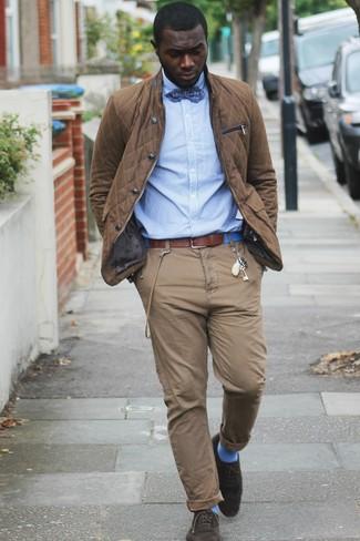 Cómo combinar: chaqueta con cuello y botones marrón, camisa de vestir de rayas verticales celeste, pantalón chino marrón, zapatos brogue de ante en marrón oscuro