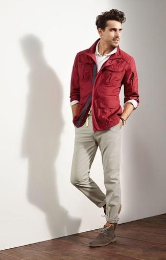 Cómo combinar: chaqueta con cuello y botones burdeos, camisa polo blanca, pantalón chino en beige, botas safari de ante en marrón oscuro