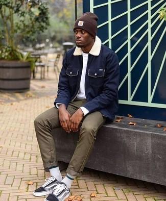 Cómo combinar: chaqueta con cuello y botones azul marino, camiseta de manga larga blanca, pantalón chino verde oliva, tenis de lona negros