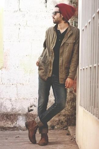 Cómo combinar: chaqueta con cuello y botones marrón claro, camiseta henley negra, vaqueros negros, botas casual de cuero marrónes