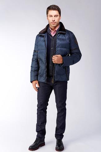 Cómo combinar: chaqueta con cuello y botones acolchada azul marino, cárdigan con cuello chal azul marino, camisa de vestir de cuadro vichy roja, vaqueros azul marino