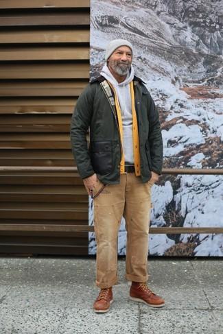 Cómo combinar: chaqueta con cuello y botones verde oliva, cárdigan amarillo, sudadera con capucha gris, vaqueros marrón claro