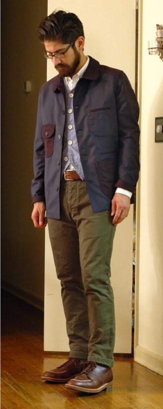 Cómo combinar: chaqueta con cuello y botones azul marino, chaleco de vestir azul, camisa de manga larga blanca, pantalón chino verde oliva