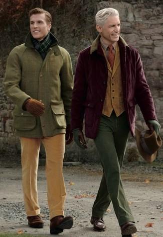 Cómo combinar: chaqueta con cuello y botones de pana burdeos, chaleco de vestir de pana marrón claro, camisa de manga larga a cuadros marrón, pantalón chino verde oliva
