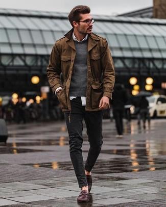 Cómo combinar: chaqueta con cuello y botones marrón, jersey con cuello circular en gris oscuro, camisa de vestir blanca, vaqueros pitillo negros