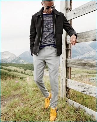 Cómo combinar: chaqueta con cuello y botones negra, jersey con cuello circular de grecas alpinos azul marino, camiseta con cuello circular blanca, pantalón de vestir gris