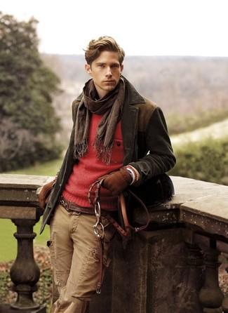 Cómo combinar: chaqueta con cuello y botones de pana en marrón oscuro, jersey con cuello circular rojo, pantalón cargo marrón claro, bufanda en marrón oscuro