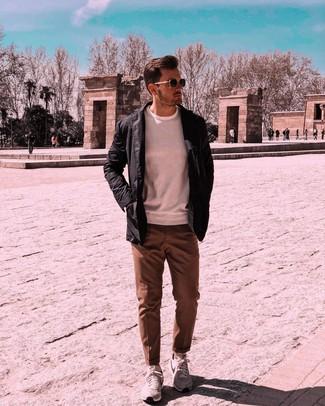Cómo combinar: chaqueta con cuello y botones negra, jersey con cuello circular blanco, pantalón de vestir marrón, deportivas grises