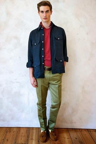 Utiliza una chaqueta con cuello y botones azul marino y una bufanda a cuadros roja de hombres de Gucci para un almuerzo en domingo con amigos. Mocasín con borlas de ante marrón son una forma sencilla de mejorar tu look.