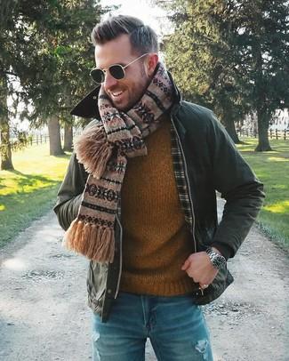 Cómo combinar: chaqueta con cuello y botones verde oscuro, jersey con cuello circular en tabaco, vaqueros desgastados azules, bufanda de grecas alpinos marrón