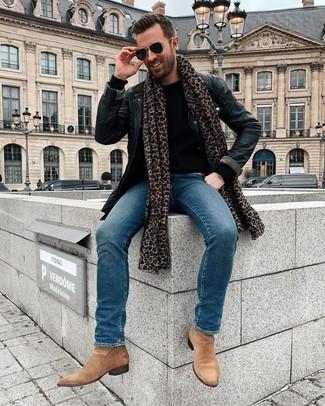 Cómo combinar: chaqueta con cuello y botones de cuero negra, jersey con cuello circular negro, vaqueros azules, botines chelsea de ante marrón claro