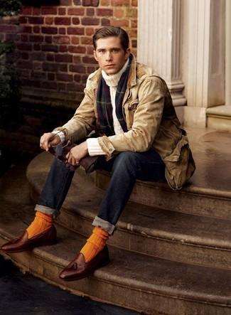 Cómo combinar: chaqueta con cuello y botones marrón claro, jersey de cuello alto en beige, vaqueros azul marino, mocasín con borlas de cuero marrón