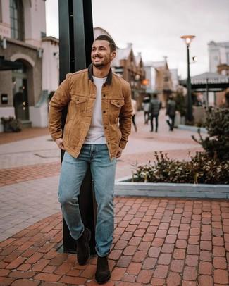 Cómo combinar: chaqueta con cuello y botones marrón claro, camiseta con cuello circular blanca, vaqueros celestes, botines chelsea de ante en marrón oscuro