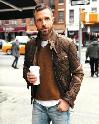 Cómo combinar: chaqueta con cuello y botones marrón, jersey de pico marrón, camiseta con cuello circular blanca, vaqueros celestes