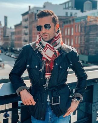 Cómo combinar: chaqueta con cuello y botones azul marino, vaqueros azules, bufanda estampada en multicolor, gafas de sol negras