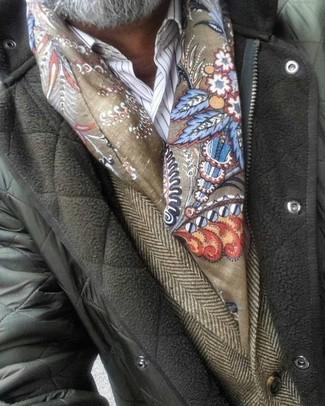 Cómo combinar: chaqueta con cuello y botones acolchada verde oliva, blazer de lana de espiguilla marrón, camisa de vestir de rayas verticales blanca, bufanda estampada verde oliva