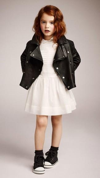 Cómo combinar: chaqueta de cuero negra, vestido blanco, zapatillas negras