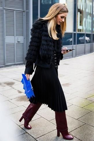Cómo combinar: chaqueta de piel negra, blusa de botones negra, falda midi plisada negra, botas de caña alta de cuero burdeos