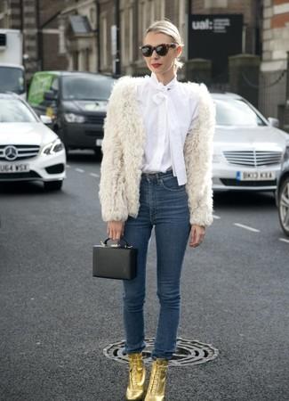 Cómo combinar: chaqueta de piel blanca, blusa de botones blanca, vaqueros pitillo azul marino, botines con cordones de cuero dorados