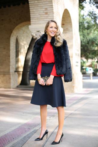 Cómo combinar: chaqueta de piel negra, blusa de manga larga roja, falda campana negra, zapatos de tacón de cuero negros