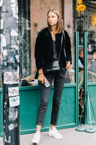 Cómo combinar: chaqueta de piel negra, camiseta sin manga de seda negra, pantalón de vestir negro, tenis de cuero blancos