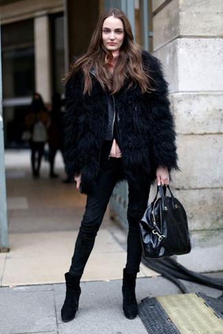Cómo combinar: chaqueta de piel negra, chaqueta motera de cuero acolchada negra, blusa de botones rosada, vaqueros pitillo negros